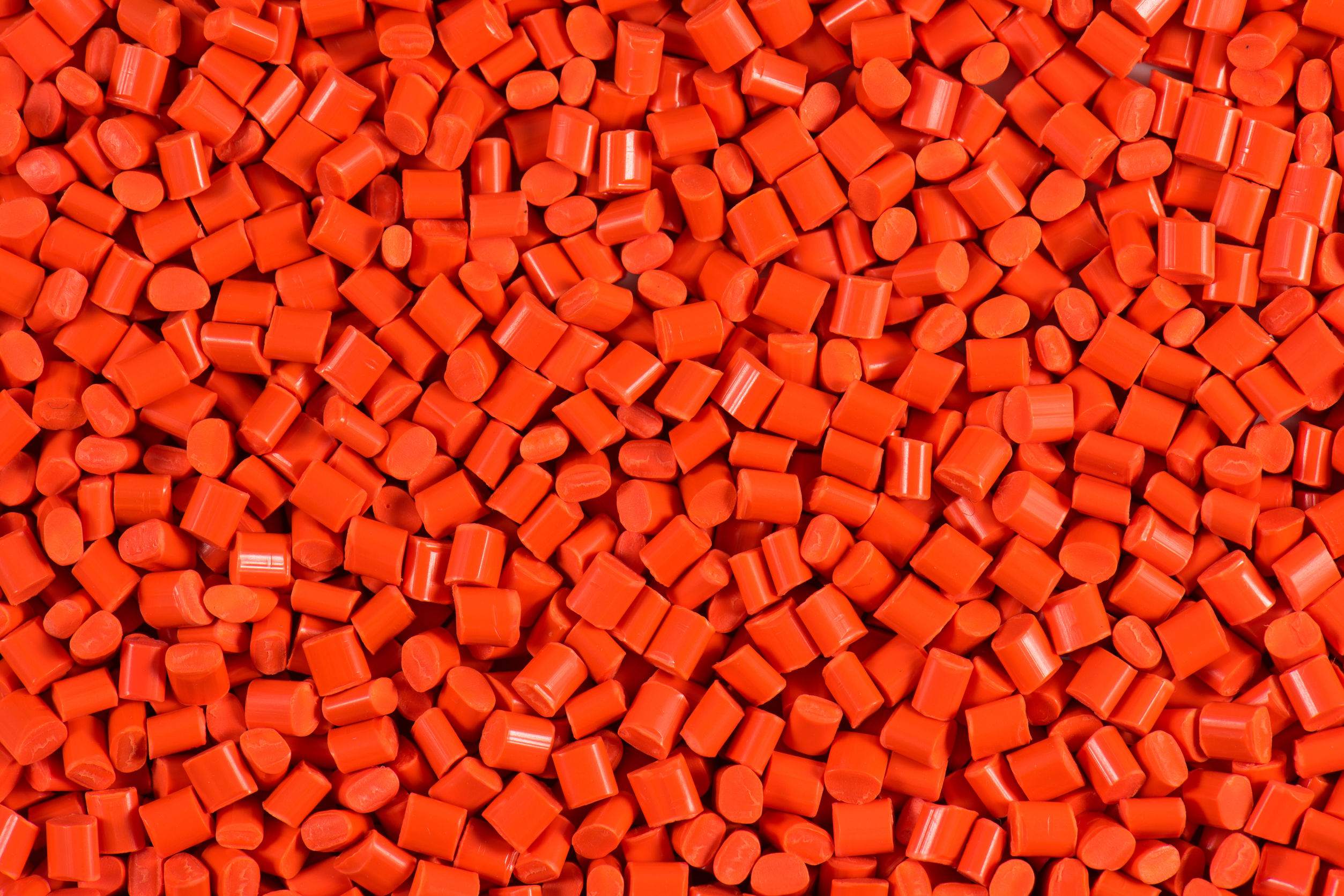 Red/orange dyed granules for injection moulding process